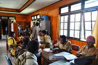 suasana pendaftaran CPNS pada kantor BKDD Puncak Jaya