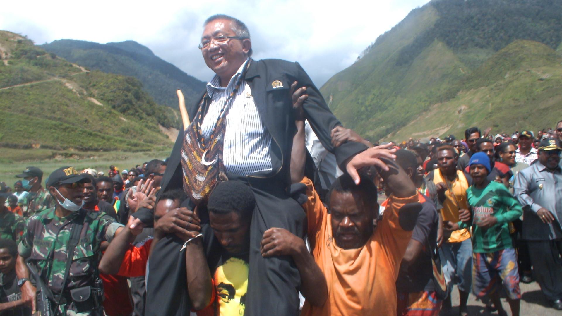 Ketua Komite I DPD RI disambut dan diarak oleh masyarakat dari bandara menuju lapangan