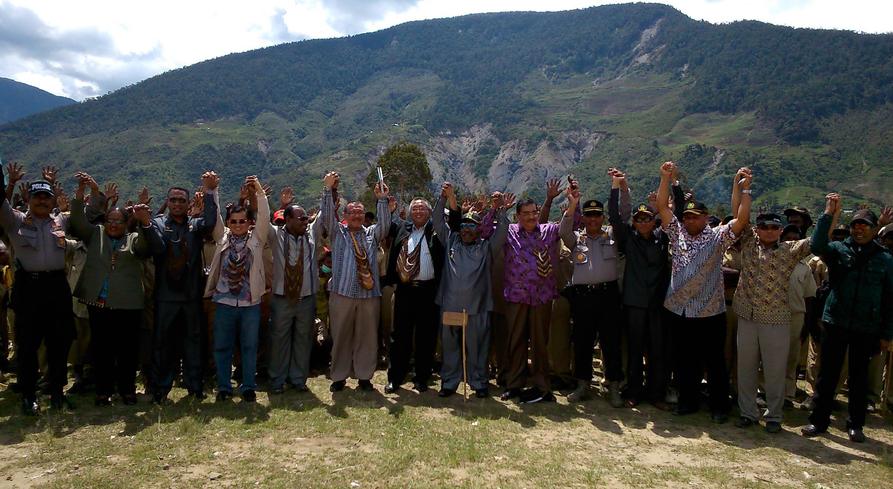 foto bersama tim komite DPD RI dan Pemda Puncak Jaya dan TIm pemekaran Kab Yamo di depan masyarakat