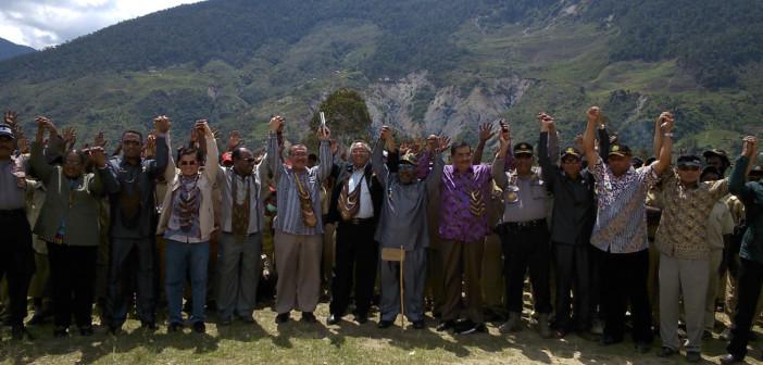 foto-bersama-tim-komite-DPD-RI-dan-Pemda-Puncak-Jaya-dan-TIm-pemekaran-Kab-Yamo-di-depan-masyarakat