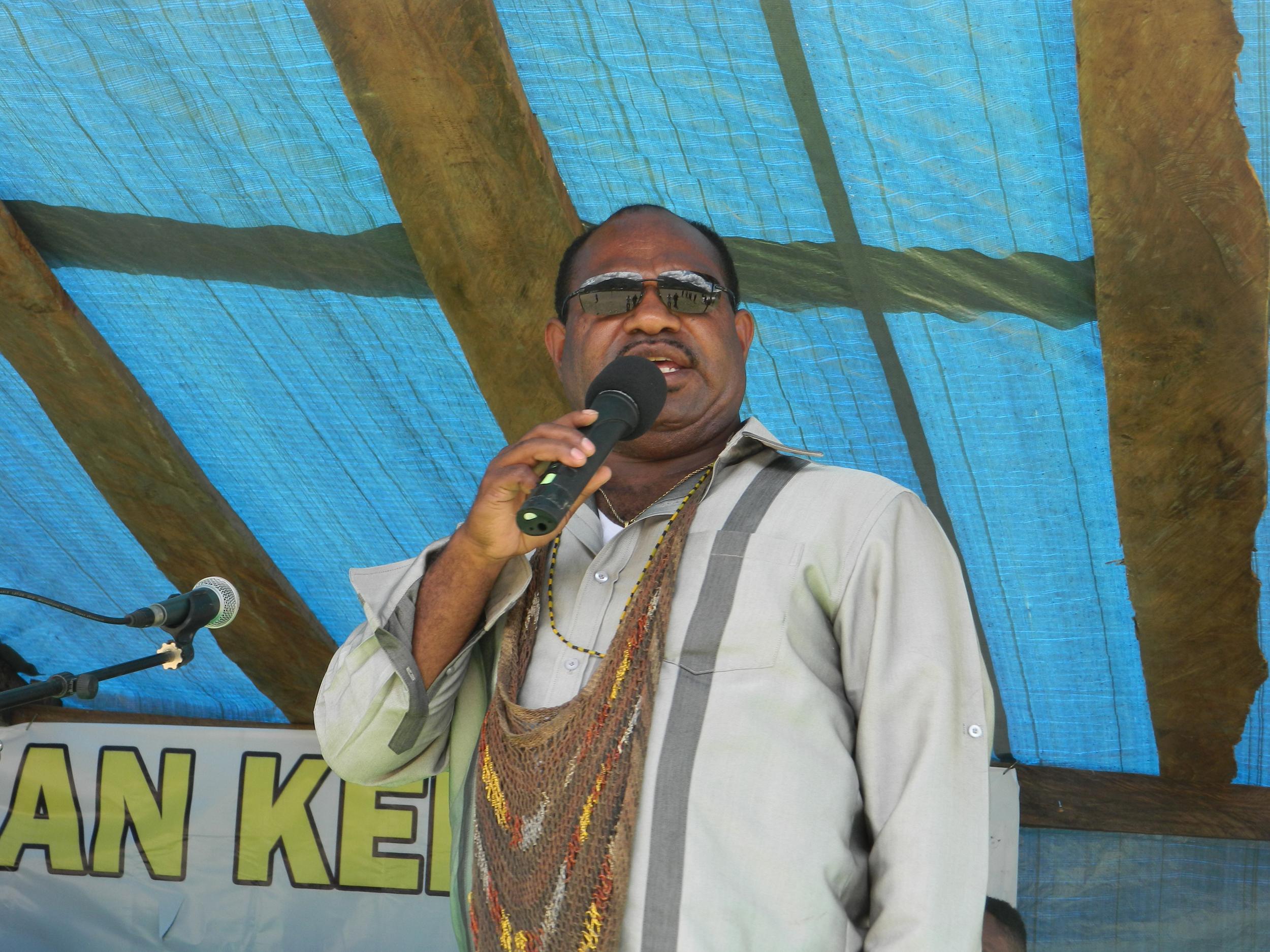 ketua Tim Pemekaran Kab. Yamo saat Menyampaikan Arahannya di depan masyarakat
