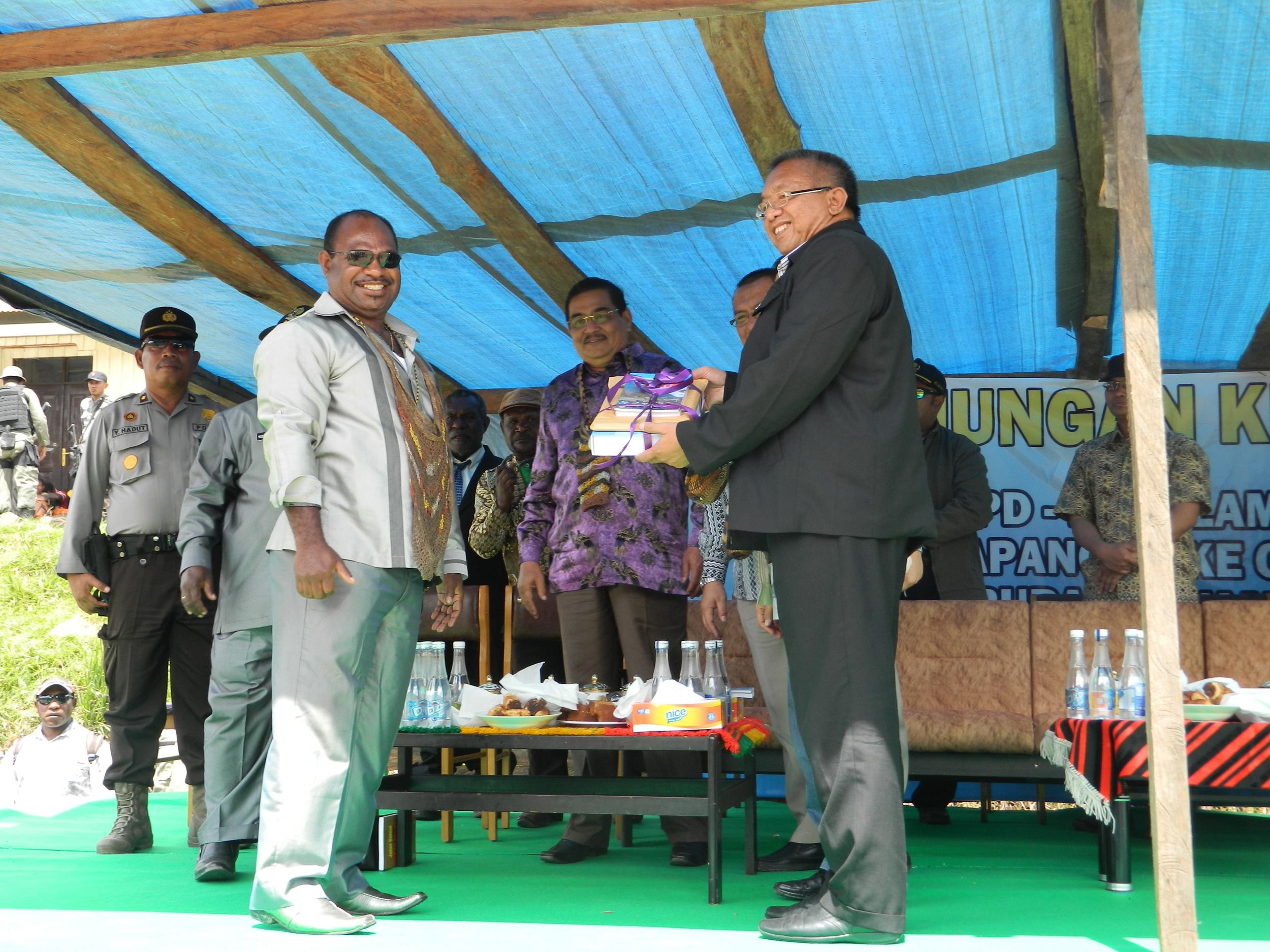 penyerahan souvenir kenang-kenagan dari Ktua TIM pemekaran Kab. Yamo ke Ketua Komite DPD RI