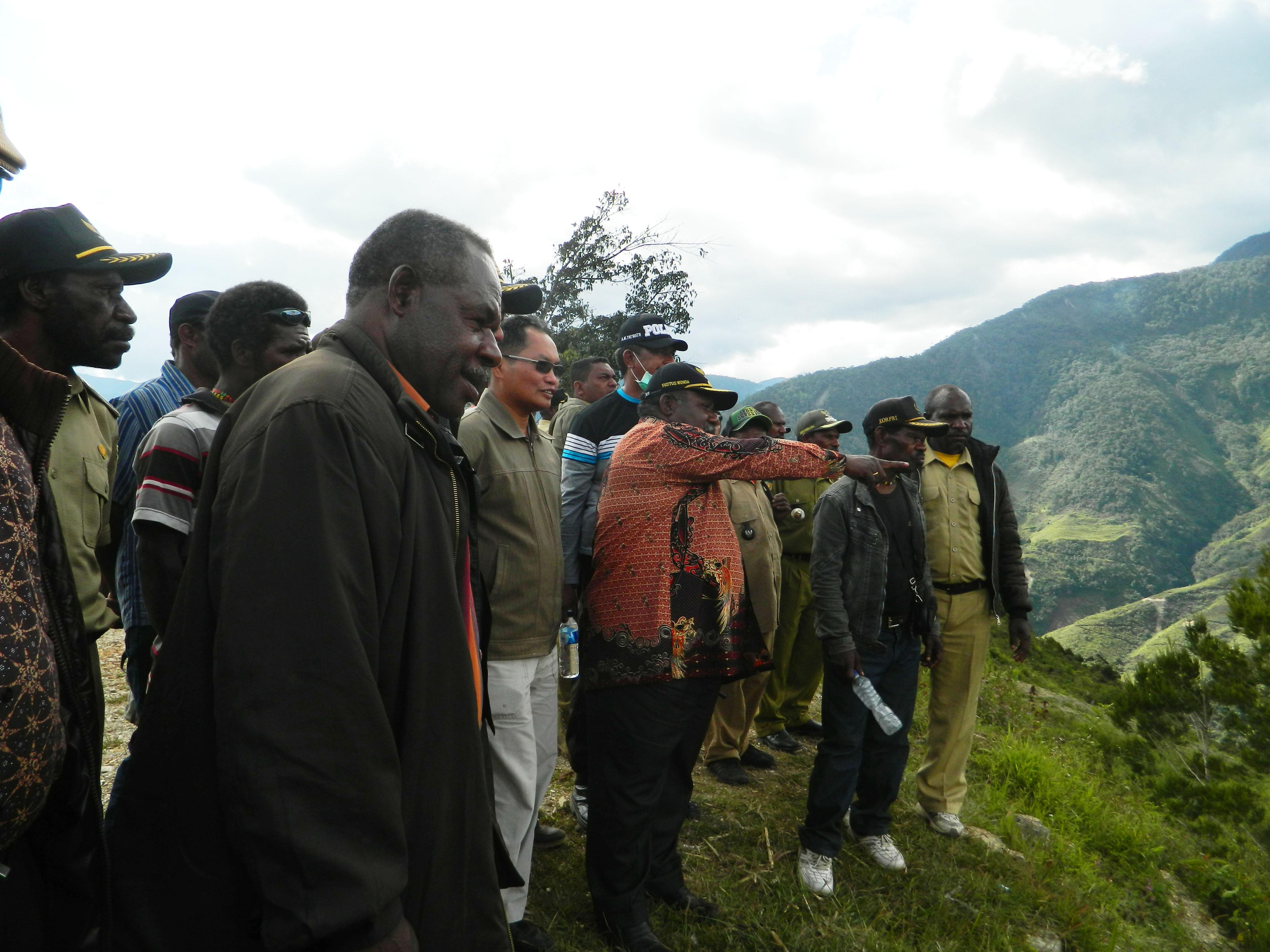 wakil Bupati saat menunjukan lokasi yang akan di bangun kantor DPR Kab. Yamo