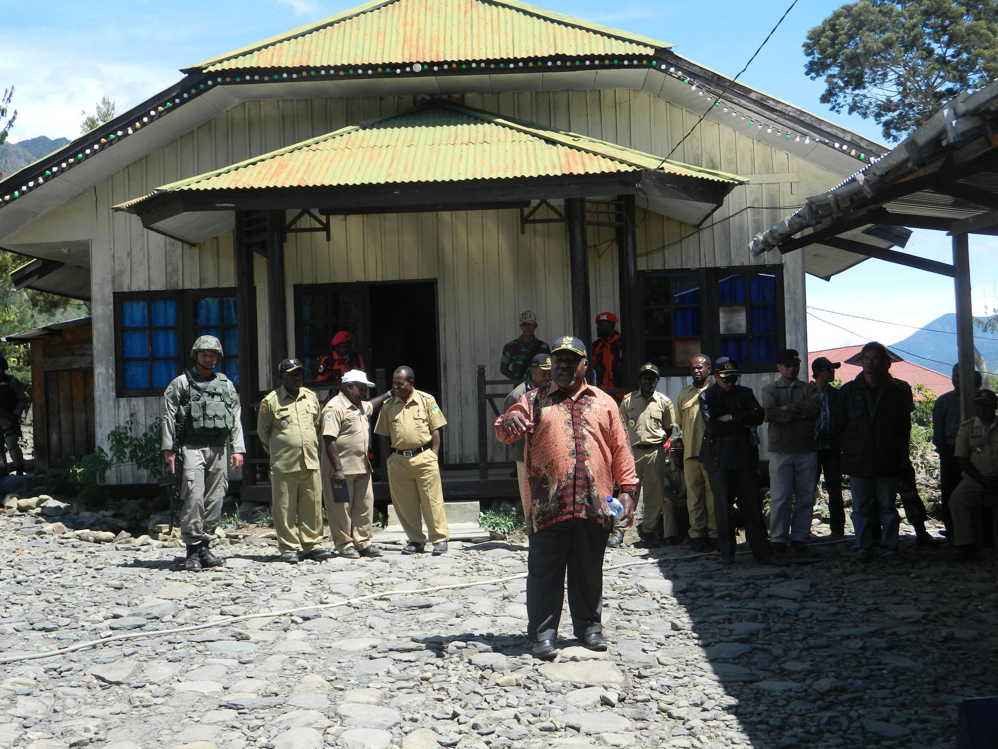 wakil bupati saat memberikan arahannya kepada masyarakat Distrik ILU di depan Kediaman Kadis ILU