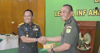 Danrem-173-PVB-Brigjen-TNI-Chammin-Besari-memberikan-penghargaan-kepada-dandim-1714-yg-lama-Letkol-Inf.-Ahmad-Risman-SE