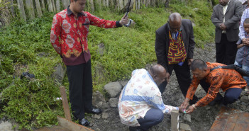 Drs.-Henok-Ibo-saat-meletakkan-batu-pembangunan-Talud-2