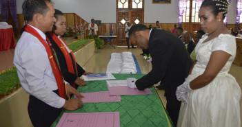 salah-satu-peserta-nikah-masal-saat-menandatangani-catatan-sipil
