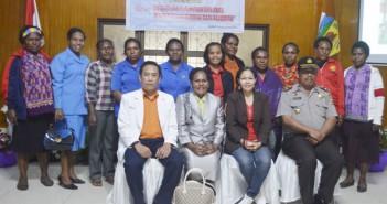 foto-bersama-Kepala-kantor-pemberdayaan-Perempuan-bersama-moderator-dan-perwakilan-peserta