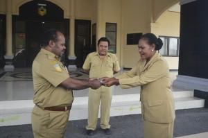 Kepala Kantor Pemberdayaan Mince Hana Noriwari, S.IP menyerahkan Kunci Mobil Kepada Sekda Puncak Jaya Yuni Wonda, S.Sos. S.IP. MM