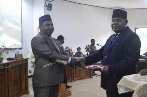 Ketua DPRD Puncak Jaya Nesco Wonda, S.Sos. Msi serahkan Materi Sidang Kepada Bupati Puncak Jaya Drs. Henok Ibo