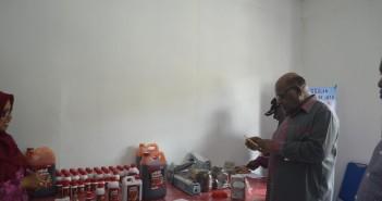 buah-merah-Bupati-Puncak-Jaya-dan-Wakilo-Bupati-Puncak-Jaya-saat-melihat-Hasil-Produksi-Minyak-Buah-merah