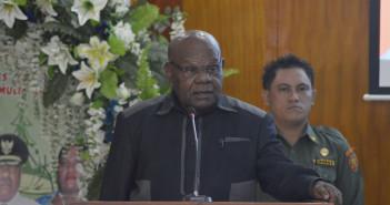 Bupati Puncak Jaya Drs. Henok Ibo dalam sambutannya saat pembukaan Sosialisasi ULP dan LPSE