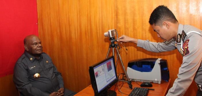 Bupati Puncak Jaya pada saat melakukan pembuatan sim perdana