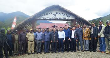 Foto Bersama Ketua BPK RI Perwakilan Papua (Dori Santosa, SE, MM) dan Bupati Puncak Jaya (Drs. Henok Ibo) Beserta Muspida dan Aparat Keamanan di Distrik Tingginambut