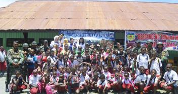 Foto Bersama Siswa, Guru SD Dondobaga dan Para Dokter serta Tni Satgas 303
