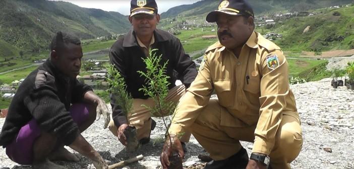 Kepala Dinas Kehutanan dan Perkebunan saat melakukan Penanaman Pohon di Bukit Zaitun