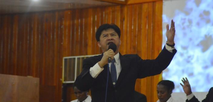 Pdt. Elia Felix Felando saat membawakan Firman Tuhan di KKR