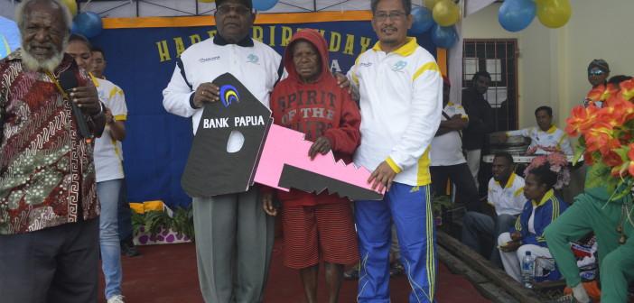 Saat Penyerahan Pemenang Hadiah Motor oleh Bupati Puncak Jaya Drs. Henok Ibo dan Kepala Cabang Bank Papua Imran