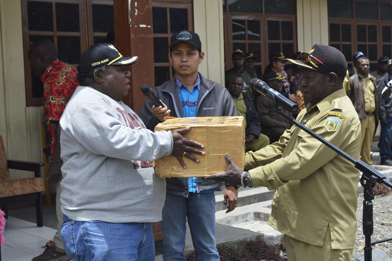 Wakil Bupati Puncak Jaya Berikan Bantuan HP kepada Masyarakat yang diterima Kepala Distrik Ilu