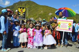 Anak-anak kecil unjuk gigi dalam karnaval dalam rangka Hari Pendidikan Nasional