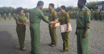 Asisten I Bidang Pemerintahan & Kesra Tumiran, S.Sos, M.Ap saat menyerahkan SK Kenpat dan SK PN Formasi 2011
