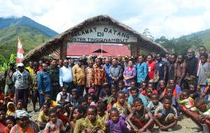 Bupati Puncak Jaya di dampingi Tim Pokja agama MRP, DAndim 1714 Pj Kapolres Puncak Jaya, Kepala Distrik Tingginambut dan masyarakat tingginambut saat kunker di tingginambut