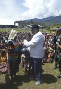 Bupati Puncak Jaya saat memberikan sembako kepada masyarakat