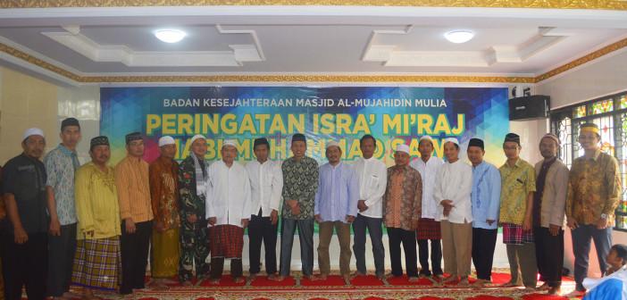 Foto bersama Asisten 1 Bidang Pemerintahan & Kesra Tumiran, S.Sos, M.AP beserta para Jemaat yang menghadiri Isra' Miraj