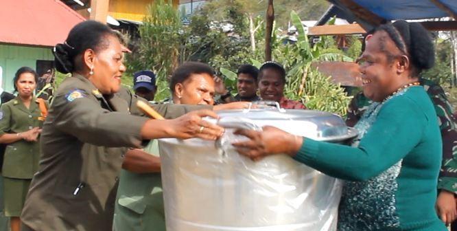 Kepala Kantor Pemberdayaan Perempuan saat menyerahkan bantuan kepada masyarakat