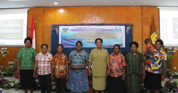 Foto Bersama Kepala Kantor KPPKB Kab. Puncak Jaya Bersama Mama - mama asli Puncak jaya sesaat setelah selesai pelatihan