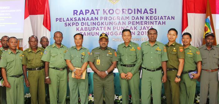 Foto Bersama Sekda Puncak Jaya Yuni Wonda, S.Sos, S.IP, MM beserta Staf Sekretariat Daerah