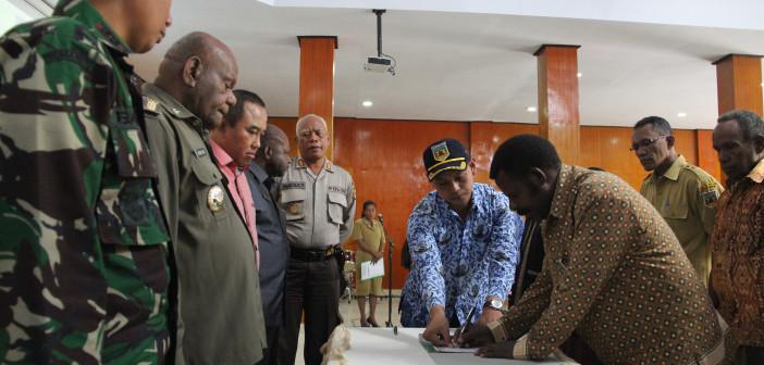 Penandatangan surat Pernyataan Sikap Oleh Tokoh Masyarakat dan tokoh agama di hadapan Muspida Kabupaten Puncak Jaya dan Kabinda Papua