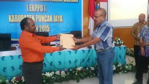 Penyerahan Hasill EKPPD dari Ketua Tim EKPPD kepada Sekretaris daerah Kab. Puncak jaya Yuni Wonda, S.Sos, S.IP, MM