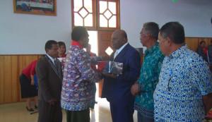 Pemberian Bingkisan oleh Ketua Klasis Paniai Kepada Bupati Puncak Jaya Drs. Henok Ibo
