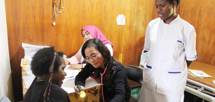 Dokter Spesialis Anak dan Dokter Spesialis Penyakit dalam saat memeriksa salah satu pasien