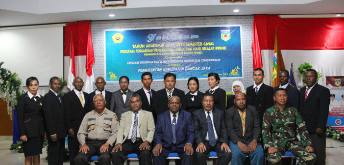 Foto bersama Bupati Puncak Jaya, Muspida, Dekan FKIP dan Peserta Yudisium di Sasana Kawonak