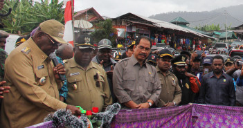 Peresmian Pasar Sentral Ilu dan dirangkaikan dengan peresmian air bersih oleh Bupati Puncak Jaya Drs. henok Ibo