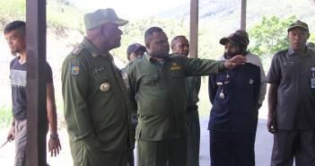 BUPATI PUNCAK JAYA DRS. HENOK IBO Bersama Kepala Distrik Tingginambut Saat melihat kondisi pasar sesaat sebelum di resmikan