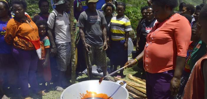 Badan Pemberdayaan Perempuan dan Keluarga Berencana saat memberikan pelatihan pembuatan buah merah kepada ibu-ibu kampung kampung Tuwogi