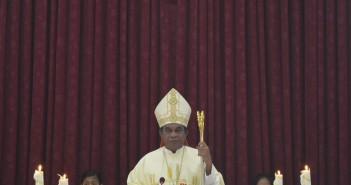 Mrg. Jhon Philip Saklil saat memimpin perayaan paska di mulia