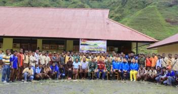 foto bersama Satgas Raider 509, Dinas Kesehatan Kabupaten Puncak setelah mengadakan sosialisasi sekaligus penyuluhan Siswa-siswi tingkat SMA.