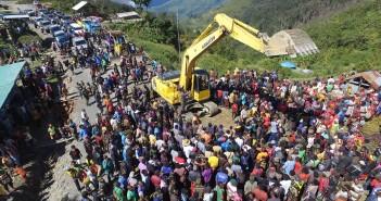 Pembongkaran Lokasi Rencana Pembangunan Jalan Oleh Exavator yang langsung disaksikan masyarakat Irimuli