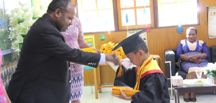 Sekda Puncak Jaya Saat memberikan Ijaza kepada Siswa TK Anggrek Yang di Wisuda