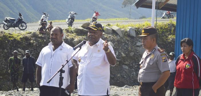 Bupati Puncak Jaya Drs, Henok Ibo di dampingi Kapolres Puncak Jaya dan Ketua DPRD Puncak Jaya