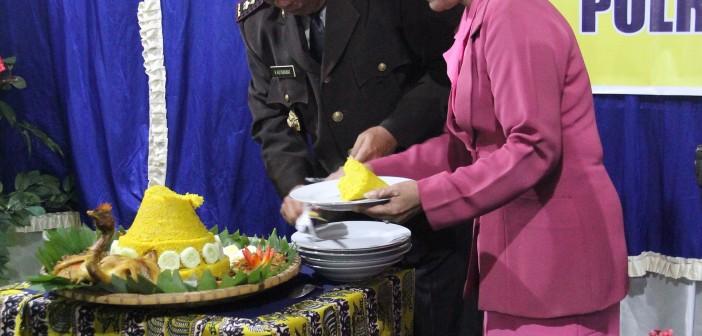 Kapolres Puncak Jaya AKBP Hotman Hutabarat di Dampingi Ibu saat memotong Tumpeng yang akan di berikan