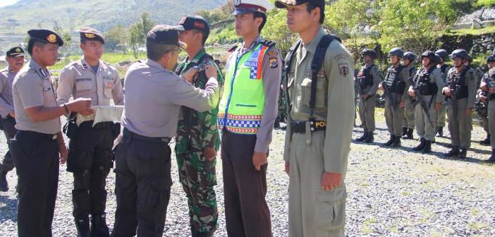penyematan-atribut-petugas-pengamanan-pilkada