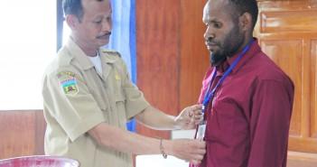 penyematan-atribut-peserta-pelatihan-pra-tugas