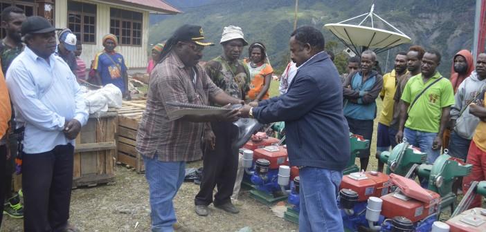 penyerahan-sejumlah-alat-perkebunan-oleh-kepala-dinas-kehutanan-dan-perkebunan-kepada-kepala-distrik-mulia