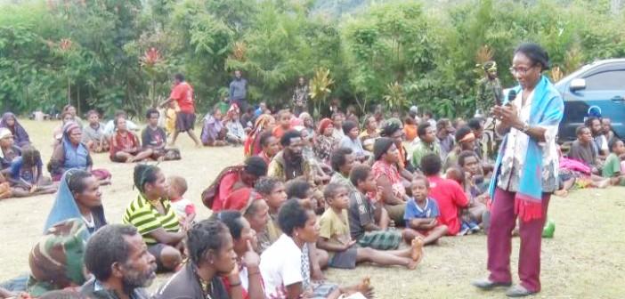 sarlota-kambu-dari-bpppa-provinsi-papua-saat-mensosialisasikan-kesetaraan-gender-pada-masyarakat-di-distrik-tingginambut