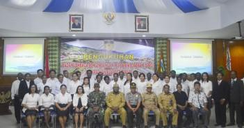 Bupati Puncak Jaya bersama Muspida Kabupaten Puncak Jaya didampingi Peserta Pesparawi yang baru dikukuhkan